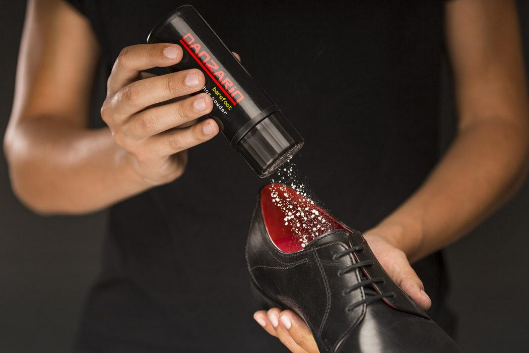 Schuhpuder in der Anwendung
