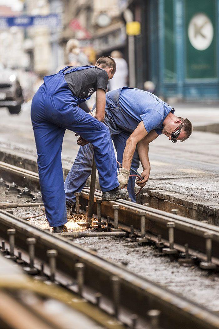 Bauarbeiter auf einer Schienenbaustelle