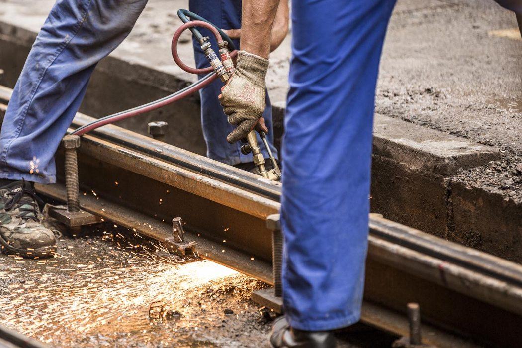 Bauarbeiter auf einer Schienenbaustelle (Schweißarbeiten)