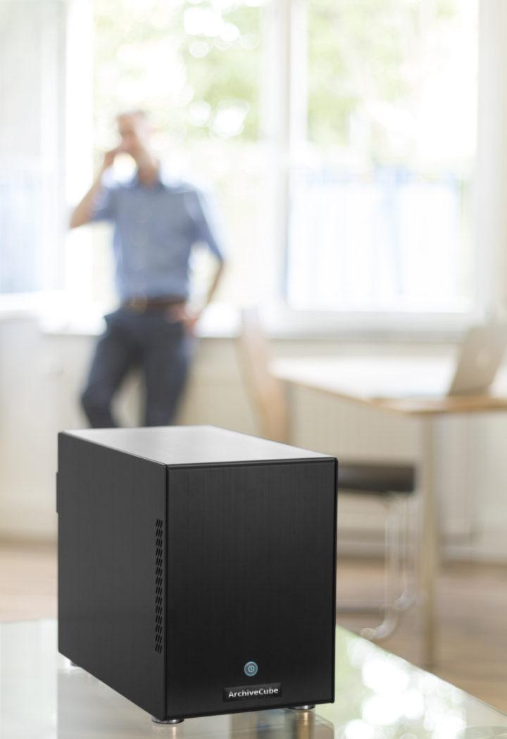 Produkt im Vordergrund mit telefonierendem Menschen im Hintergrund als Werbefotografie fotografiert