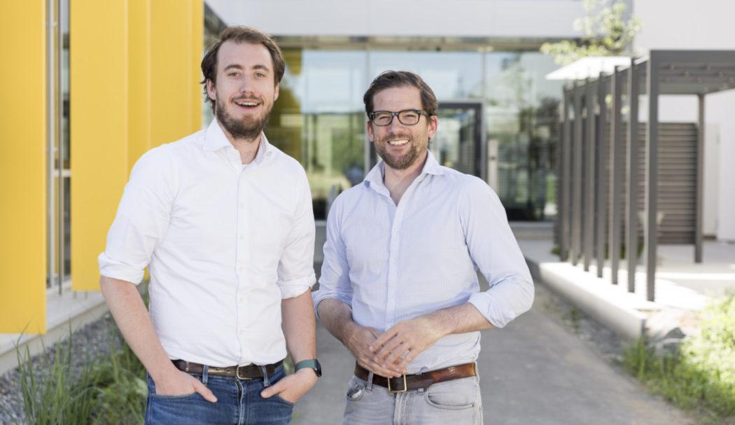 Porträt von Phillip Gross und Dr. Valentin Langen, vor Geschäftsgebäude