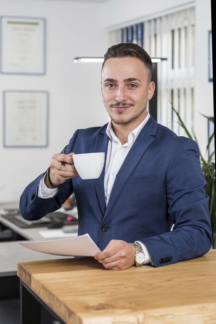 Businessmann im Portrait mit Kaffeetasse