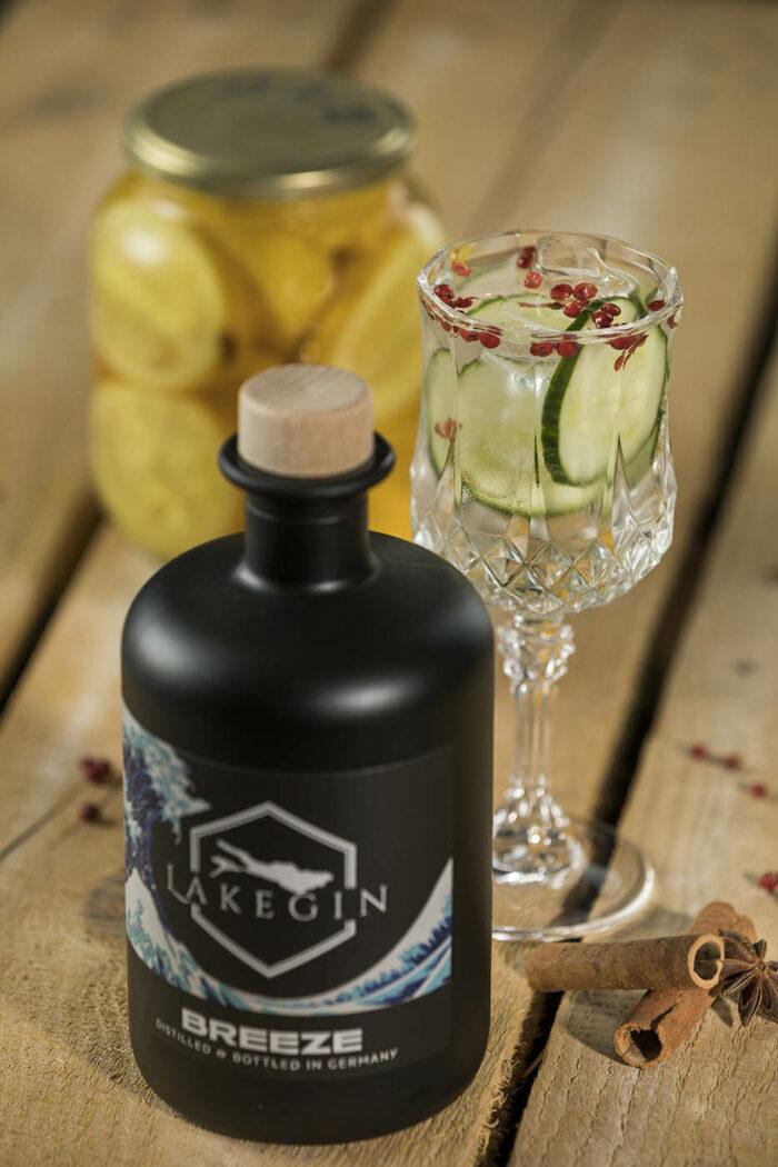 Ginflasche mit einem leckeren Gin Tonic und Zitronen