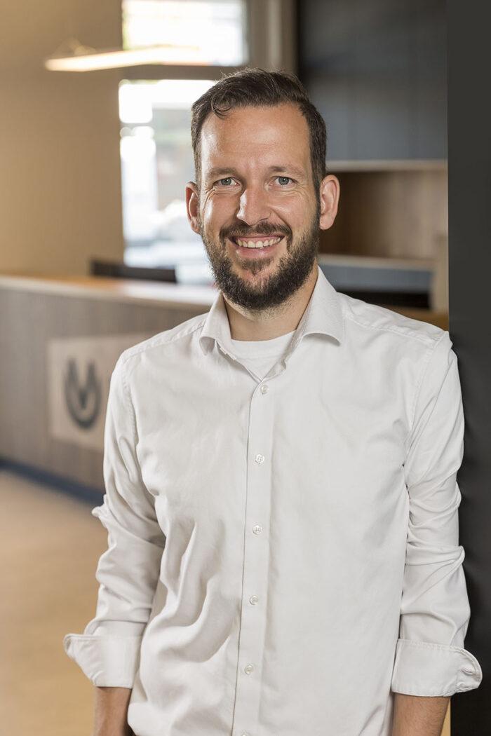 Portrait eines Mannes im schicken weißen Hemd